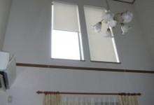 吹抜け高窓に遮熱ロールスクリーンで日差しをカット!
