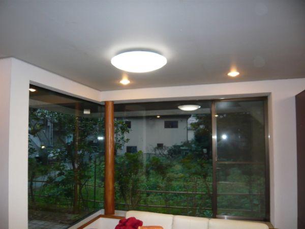カーテンレールお取付け前の掃出し窓と、L字型の出窓の 2 窓