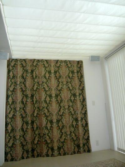 階段部分もカーテンで塞ぐ