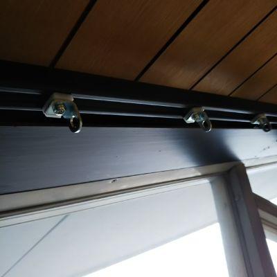 変形窓へのレール取付