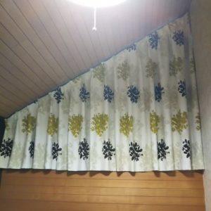 変形窓とカーテン