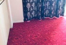 赤いカーペットとカーテン