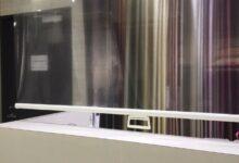 コロナウイルス飛沫対策に透明ロールスクリーンを設置